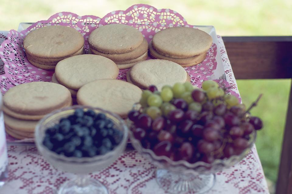 Spody do ciasteczkowych mini pizz. Świeże owoce podane na paterach na nóżce.