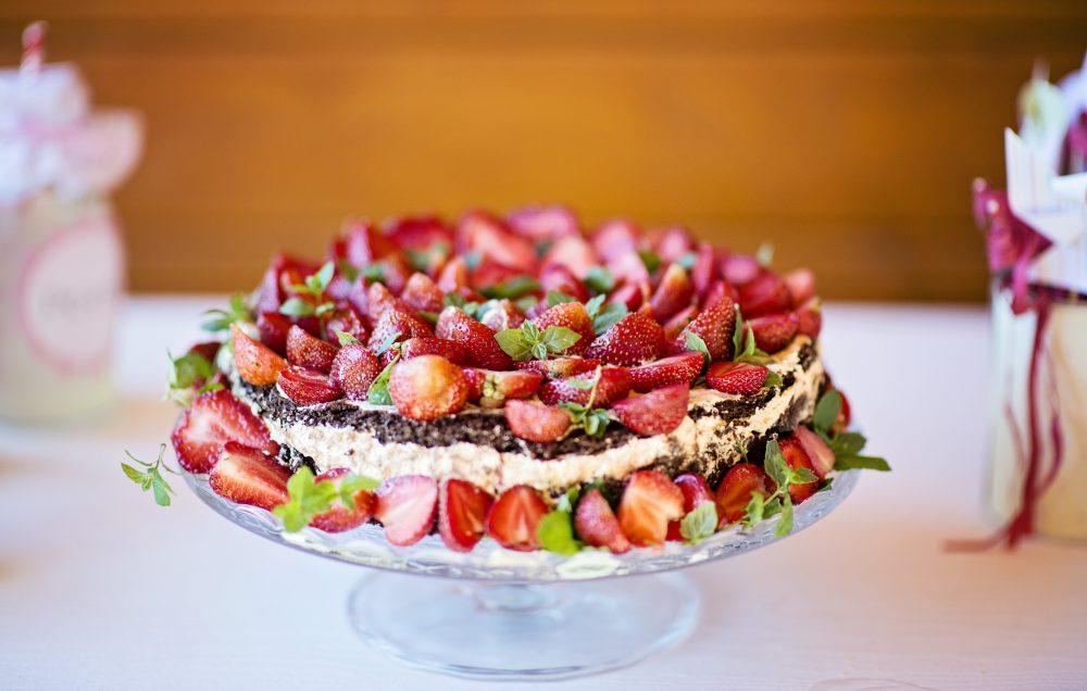 Letni tort ze świeżymi truskawkami.