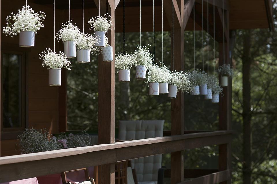 Puszki zwisające na tarasie. Aranżacje florystyczne z gipsówki.