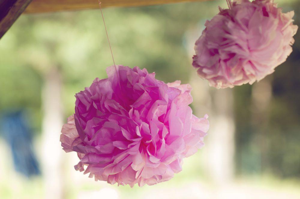Różowe pompony z papieru DIY.