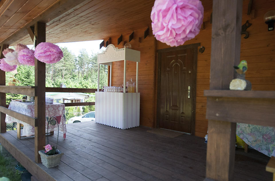 Różowy pompon z papieru DIY. Budka na lemoniadę.